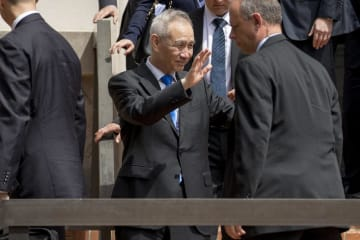 米ワシントンでの貿易協議を終え、報道陣に手を振る中国の劉鶴副首相=10日(AP=共同)
