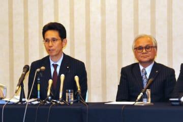 離党表明した階氏(左)と国民民主党岩手県連の黄川田徹代表
