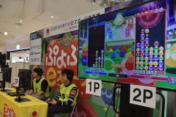 「ぷよぷよeスポーツ」滋賀県代表の座を懸けて対戦する参加者+(草津市新浜町・イオンモール草津)