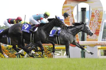 第14回ヴィクトリアマイルを制したノームコア(右)。手前は2着のプリモシーン(9)=東京競馬場