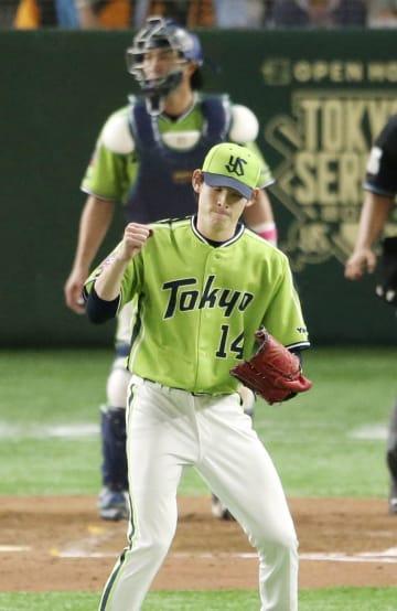 5回、ピンチをしのぎガッツポーズするヤクルト・高梨。捕手井野=東京ドーム
