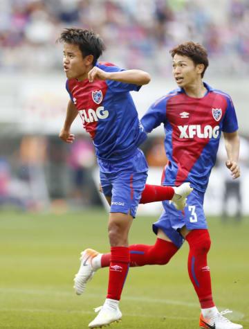 FC東京―磐田 後半、決勝ゴールを決めるFC東京・久保建(左)=味スタ