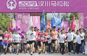 中国四川省ブン川県映秀鎮で開かれたマラソン大会=12日(共同)