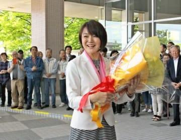職員と市民に出迎えられ、初登庁する藤田明美新市長=10日、加茂市役所