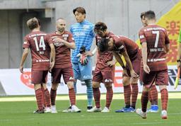 リーグ戦6連敗とな肩を落とす神戸の選手=ノエビアスタジアム神戸(撮影・後藤亮平)