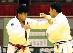 男子1部決勝・日本製鉄A-旭化成 前に踏み込む日本製鉄Aの大将小川竜昂(左)