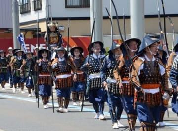 甲冑に身を包んだ市民らが街中を練り歩いた「絵巻行列」=五泉市村松地区