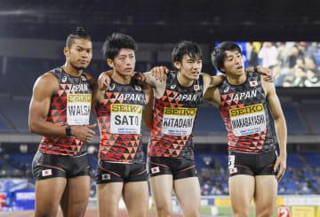 男子1600メートルリレーで4位になり、ポーズをとる(左から)ウォルシュ、佐藤、北谷、若林の日本チーム=日産スタジアム