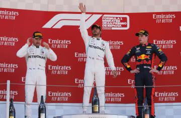 自動車のF1スペインGPで表彰台に立つ(右から)レッドブル・ホンダのマックス・フェルスタッペン、優勝したメルセデスのルイス・ハミルトン、2位のバルテリ・ボッタス=モントメロ(ロイター=共同)