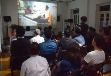 9個人・団体の短編動画が公表された披露式典。動画公開後には、作家たちと来訪者が交流した=3日、ヤンゴン(NNA)