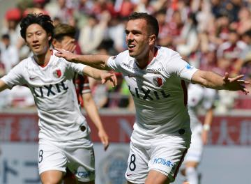 神戸-鹿島 前半17分、先制ゴールを決めて喜ぶ鹿島・セルジーニョ(右)=ノエビアスタジアム神戸、菊地克仁撮影