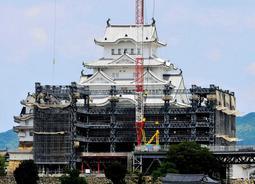 工法や材料を忠実に再現して進められた姫路城の「平成の大修理」=2014年5月、姫路市本町