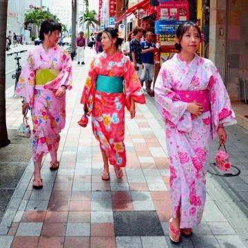 浴衣姿で那覇市の国際通りを歩く中国からの観光客=8日