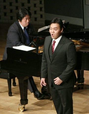 力強い歌声と演奏で会場を魅了する高倉群(バリトン)と新見準平(ピアノ)=12日午後、別府ビーコンプラザ国際会議室