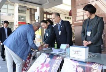 拉致問題の解決に向けて市民に協力を呼び掛けた署名活動=12日、新潟市中央区