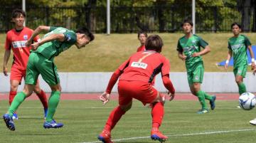 MIOびわこ滋賀レイジェンド滋賀FC 前半5分、ヘディングで先制ゴールを決めるMIOの久保(左から2人目)=皇子山