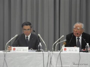 決算会見をする鈴木修氏(右)と鈴木俊宏社長