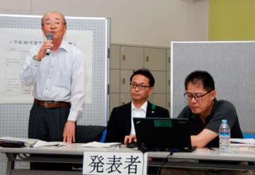 【1年間の事業の活動について発表する松本会長(左端)=亀山市東町の市市民協働センターで】