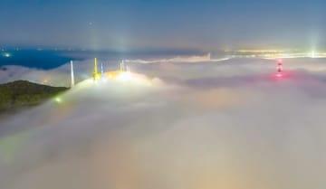 海霧が測量山のライトアップなどを包み込んでいる山口さんの作品