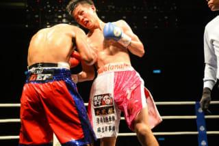 ボディブローで攻める山本祥吾、TKO負けを喫したものの、そのファイトスタイルで沸かせた