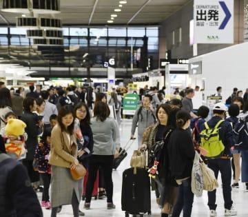 混雑する成田空港のロビー=4月26日