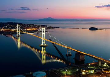 海面に映り込む白鳥大橋のライトアップを捉えた関さんの1枚