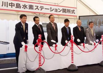 水素ステーション前で行われた開所式に参加する阿部守一長野県知事(左から3人目)や勝俣孝明環境大臣政務官(右から3人目)ら