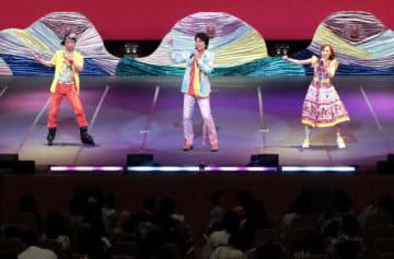 歌やダンスのショーが繰り広げられた公演