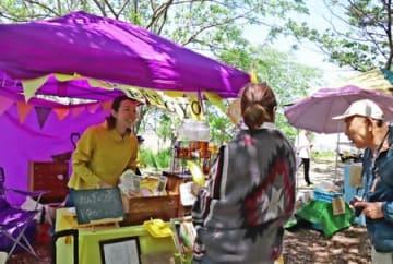 地元産の素材を使用した商品を市民らが購入した潟マルシェ=12日、新潟市中央区の鳥屋野潟公園