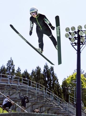 飛躍練習するノルディックスキー・ジャンプ女子の高梨沙羅=13日、秋田県鹿角市