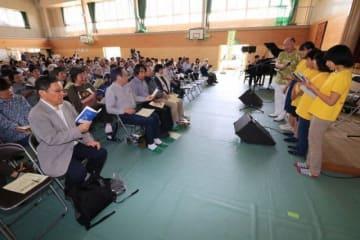 西日本豪雨からの復興を願い、歌声を響かせる地域住民ら