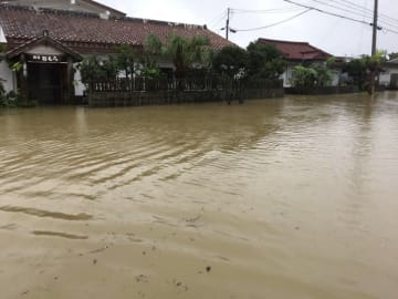 大雨で冠水した沖縄県与那国町の中心部=13日(同町提供)