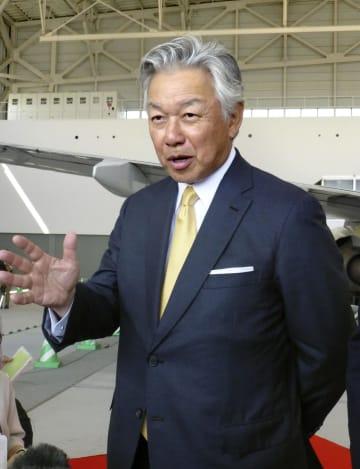 記者団の取材に応じるスカイマークの佐山展生会長=13日午後、神戸空港