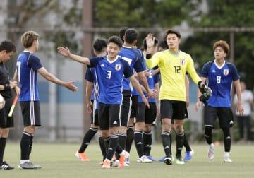流通経大との練習試合で快勝し、タッチを交わすU―20日本代表=千葉市内