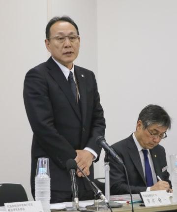 記者会見する大和ハウス工業の芳井敬一社長(左)=13日、大阪市