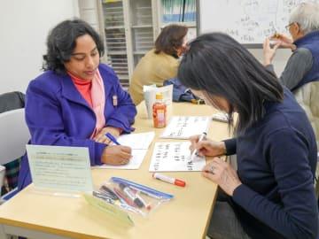 国際交流ラウンジで日本語を学ぶ外国人=2月、横浜市中区