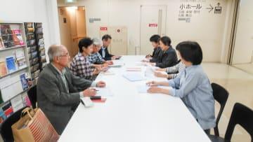 本番に向けて話し合いをするゴールデンウェーブのメンバー=横浜市西区