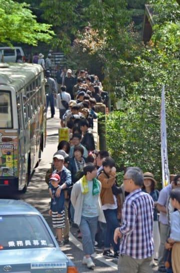 貸しボートに乗るため長蛇の列をつくった観光客。高千穂峡は10連休中、にぎわいを見せた=4日、高千穂町