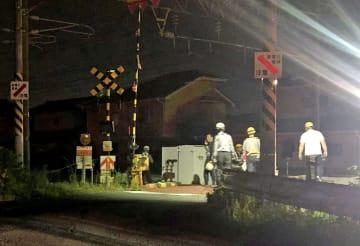 JR長崎線の普通電車に男女がはねられた踏切=13日午後10時51分、佐賀市
