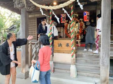 奉納後、初めて本殿に飾られたみこしを見学する来場者=亀岡八幡宮