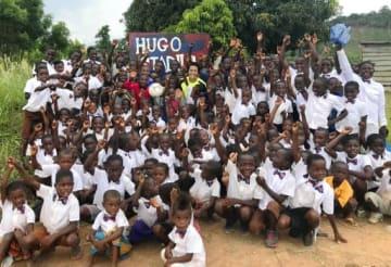 2018年6月、ガーナの「ヒュウゴ・スタジアム」を訪れ、子どもたちと記念撮影する中町選手(上段中央)(Pass on 提供)