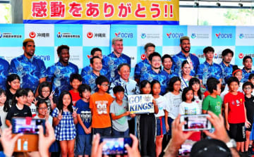 Bリーグ2018-19シーズン報告会後、記念撮影に納まるキングスの選手たち=日、県庁