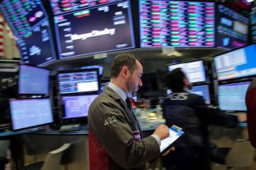 ニューヨーク証券取引所のトレーダー(ロイター=共同)