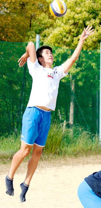 サーブ練習に励む後藤=10日、石手川緑地ビーチバレーコート