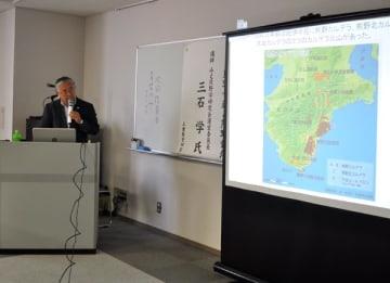 【熊野古道について講演する三石氏=津市羽所町のアスト津で】