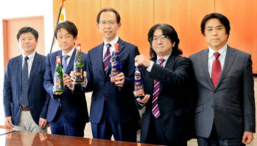 KISSとのコラボ日本酒をPRする(右から)藤原、遊佐、内堀、唐橋、伊東の各氏