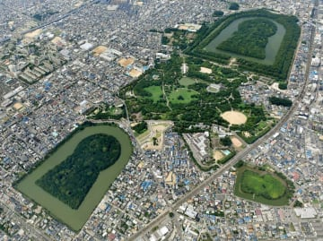 堺市の百舌鳥古墳群。右上は仁徳天皇陵古墳、左下は履中天皇陵古墳
