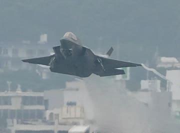 (資料写真)爆音を響かせて離陸するF35戦闘機=沖縄の米軍普天間飛行場