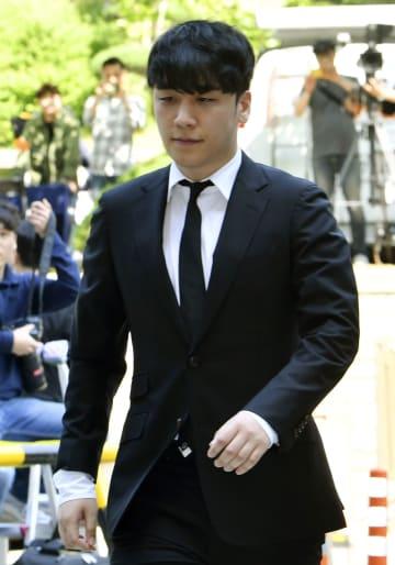 14日、ソウル中央地裁に出頭する「BIGBANG」の元メンバー、イ・スンヒョン氏(共同)