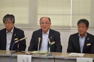 記者会見するJAなす南の荒井組合長(中央)=13日午後、那珂川町白久